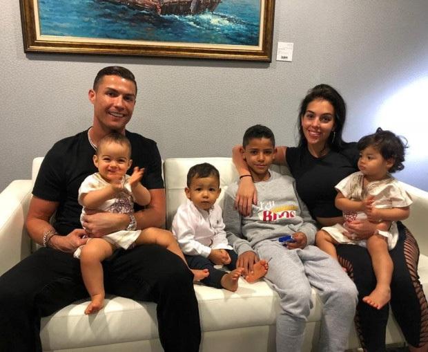 Báo Ý đưa tin sốc về Ronaldo và bạn gái Georgina: Cặp đôi đã làm đám cưới bí mật - Ảnh 3.