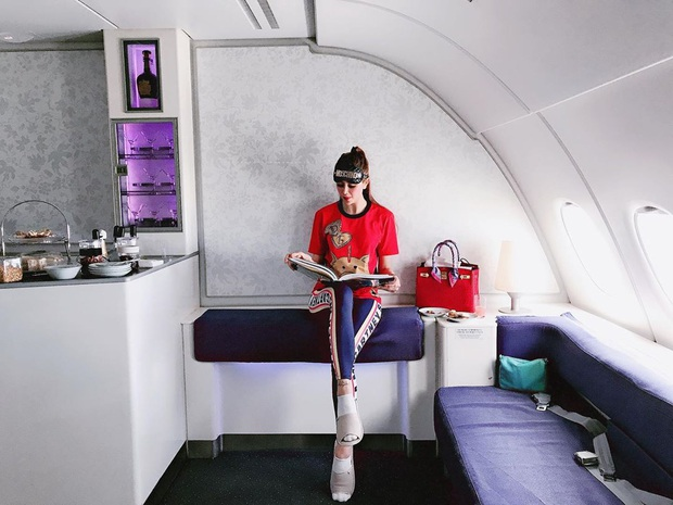 """Lại thêm một cô gái vừa nhập hội """"siêu rich kids"""" cuồng du lịch: Hình check-in toàn thấy đồ hiệu, siêu xe và cả… trực thăng riêng - Ảnh 12."""
