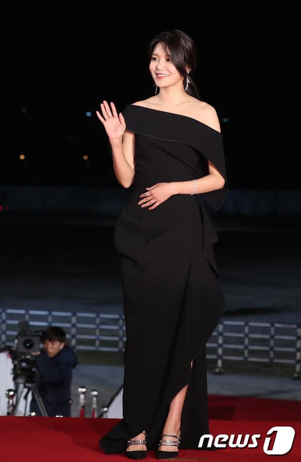 Siêu thảm đỏ Rồng Xanh 2019: Chị đại Kim Hye Soo át cả Yoona và Hoa hậu, Jung Hae In - Lee Kwang Soo dẫn đầu đoàn sao Hàn - Ảnh 17.