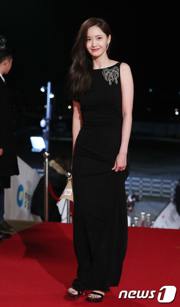 Siêu thảm đỏ Rồng Xanh 2019: Chị đại Kim Hye Soo át cả Yoona và Hoa hậu, Jung Hae In - Lee Kwang Soo dẫn đầu đoàn sao Hàn - Ảnh 2.