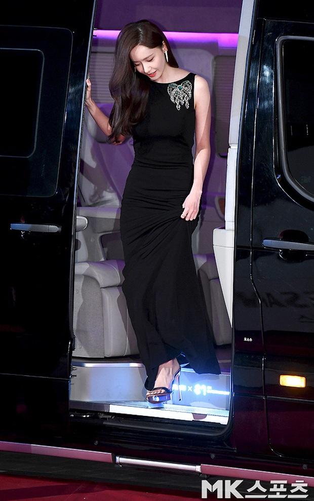 Siêu thảm đỏ Rồng Xanh 2019: Chị đại Kim Hye Soo át cả Yoona và Hoa hậu, Jung Hae In - Lee Kwang Soo dẫn đầu đoàn sao Hàn - Ảnh 1.