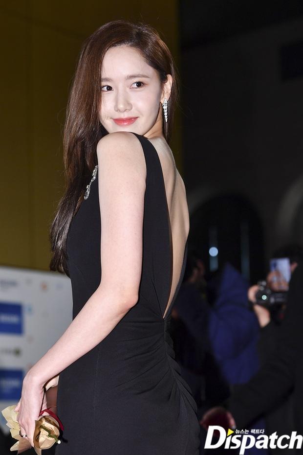 Khổ thân Yoona, mải tươi cười khoe body sexy tại thảm đỏ Rồng Xanh mà không biết bị lộ cả mảng phấn trắng sau lưng - Ảnh 2.