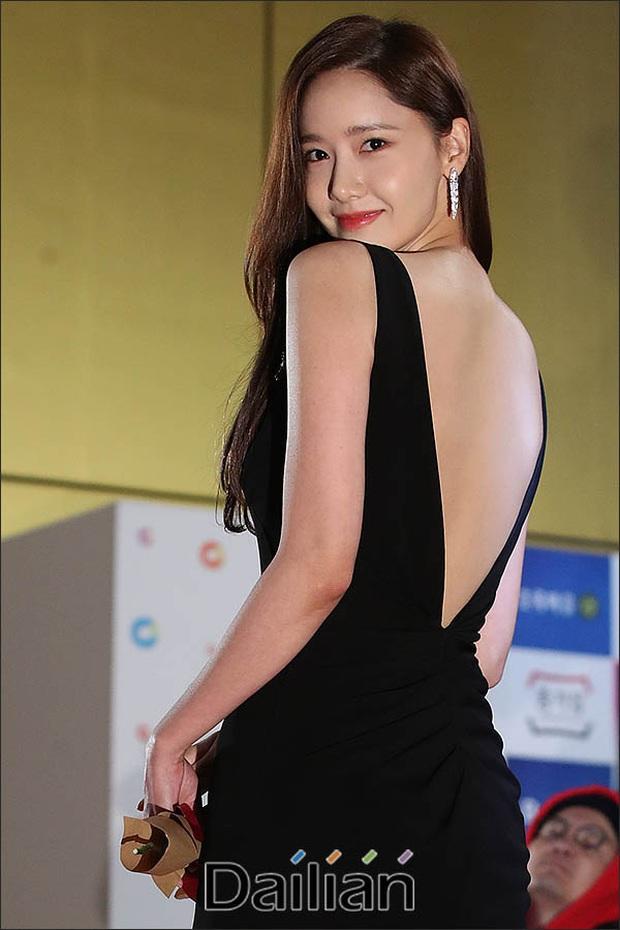 Khổ thân Yoona, mải tươi cười khoe body sexy tại thảm đỏ Rồng Xanh mà không biết bị lộ cả mảng phấn trắng sau lưng - Ảnh 3.