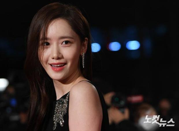 Khổ thân Yoona, mải tươi cười khoe body sexy tại thảm đỏ Rồng Xanh mà không biết bị lộ cả mảng phấn trắng sau lưng - Ảnh 6.