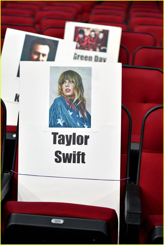 Hé lộ sơ đồ chỗ ngồi tại American Music Awards: Nguyên team Taylor đi vào hết - Halsey hơi cô đơn vì thiếu BTS! - Ảnh 2.