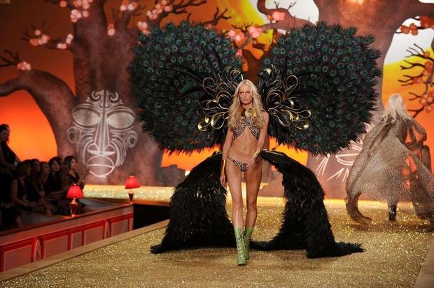 Loạt khoảnh khắc lịch sử của Victorias Secret Fashion Show: Từ sexy, thần tiên đến choáng ngợp đều có đủ, ai xem cũng khó mà kìm lòng - Ảnh 13.