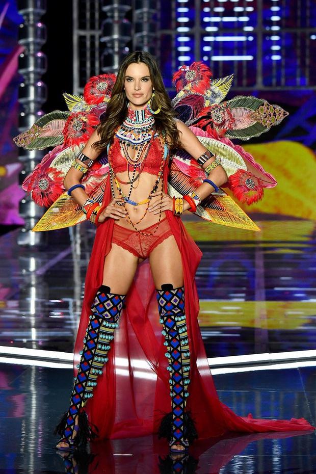 Loạt khoảnh khắc lịch sử của Victorias Secret Fashion Show: Từ sexy, thần tiên đến choáng ngợp đều có đủ, ai xem cũng khó mà kìm lòng - Ảnh 21.