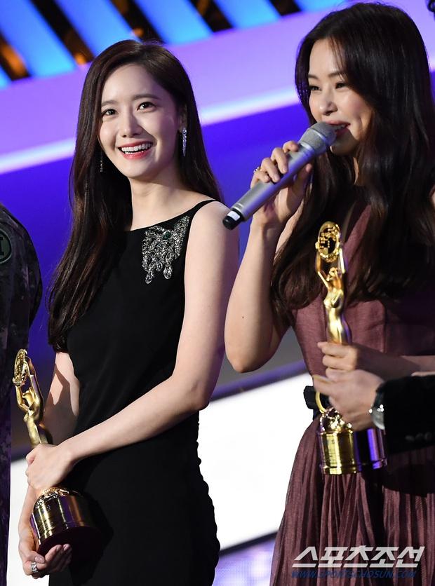 Loạt yếu tố gây sốt ở 1 khoảnh khắc tại Rồng Xanh: Yoona át cả chị đại và Hoa hậu, tài tử The Heirs si mê nhìn mỹ nhân - Ảnh 2.