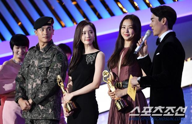 Loạt yếu tố gây sốt ở 1 khoảnh khắc tại Rồng Xanh: Yoona át cả chị đại và Hoa hậu, tài tử The Heirs si mê nhìn mỹ nhân - Ảnh 4.
