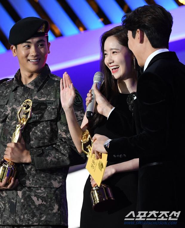 Loạt yếu tố gây sốt ở 1 khoảnh khắc tại Rồng Xanh: Yoona át cả chị đại và Hoa hậu, tài tử The Heirs si mê nhìn mỹ nhân - Ảnh 5.