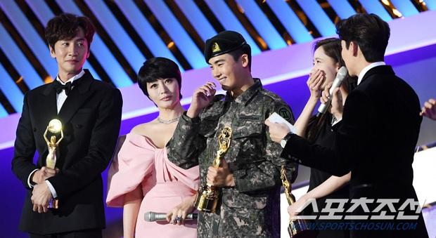 Loạt yếu tố gây sốt ở 1 khoảnh khắc tại Rồng Xanh: Yoona át cả chị đại và Hoa hậu, tài tử The Heirs si mê nhìn mỹ nhân - Ảnh 6.
