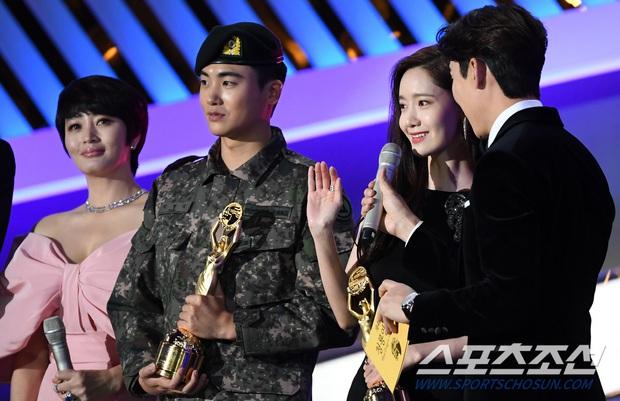 Loạt yếu tố gây sốt ở 1 khoảnh khắc tại Rồng Xanh: Yoona át cả chị đại và Hoa hậu, tài tử The Heirs si mê nhìn mỹ nhân - Ảnh 3.