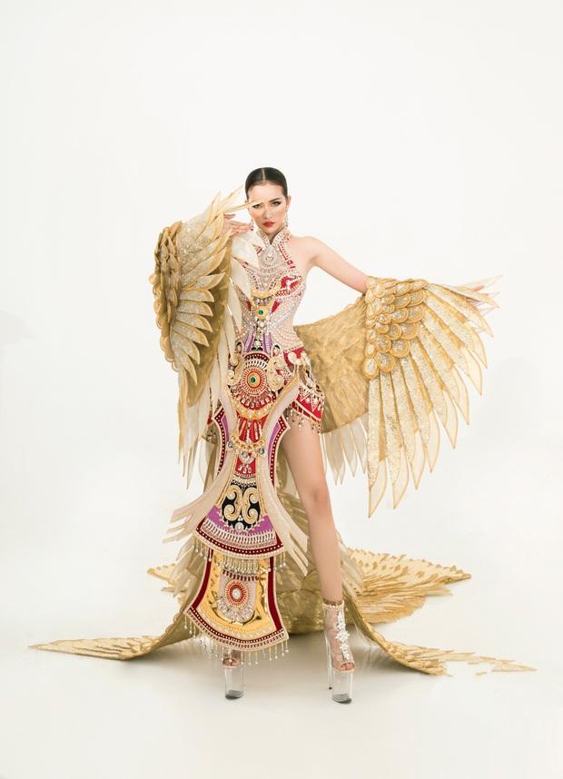 Quốc phục của Ngọc Châu tại Miss Supranational: Dài 5 mét, đính kết từ 10.000 mảnh ghép tại cánh chim Lạc cực hoành tráng! - Ảnh 1.