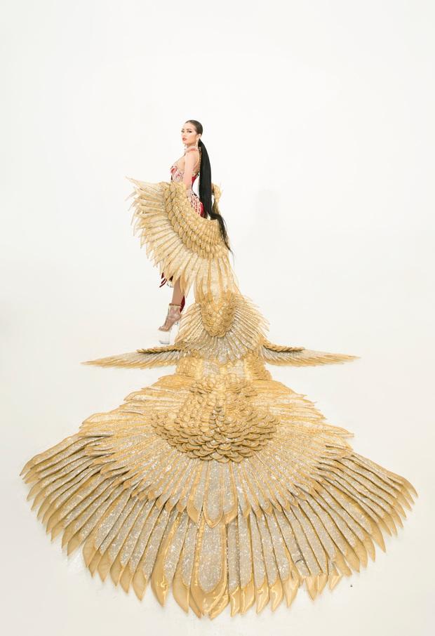 Quốc phục của Ngọc Châu tại Miss Supranational: Dài 5 mét, đính kết từ 10.000 mảnh ghép tại cánh chim Lạc cực hoành tráng! - Ảnh 2.
