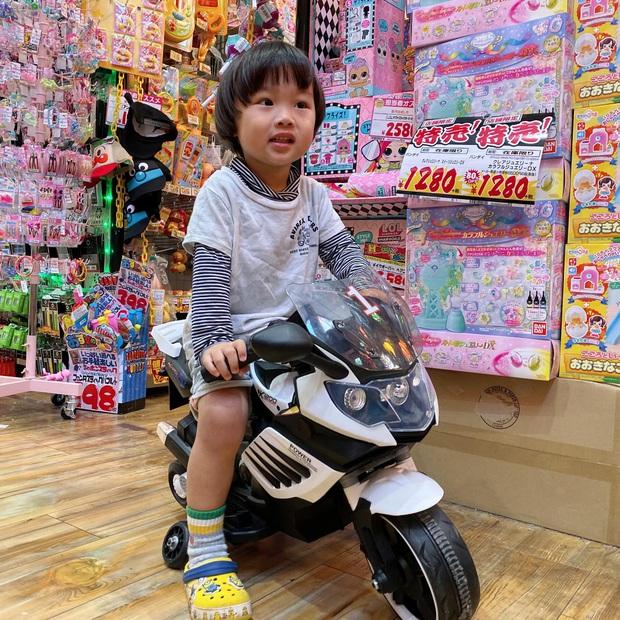 Cô chú ơi, ra đây mà xem idol nhí bé Sa được mẹ Quỳnh Trần JP diện suit bảnh bao như hot boy luôn nè! - Ảnh 6.