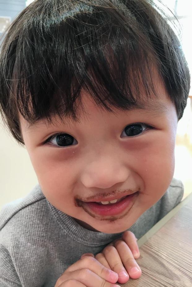 Cô chú ơi, ra đây mà xem idol nhí bé Sa được mẹ Quỳnh Trần JP diện suit bảnh bao như hot boy luôn nè! - Ảnh 5.