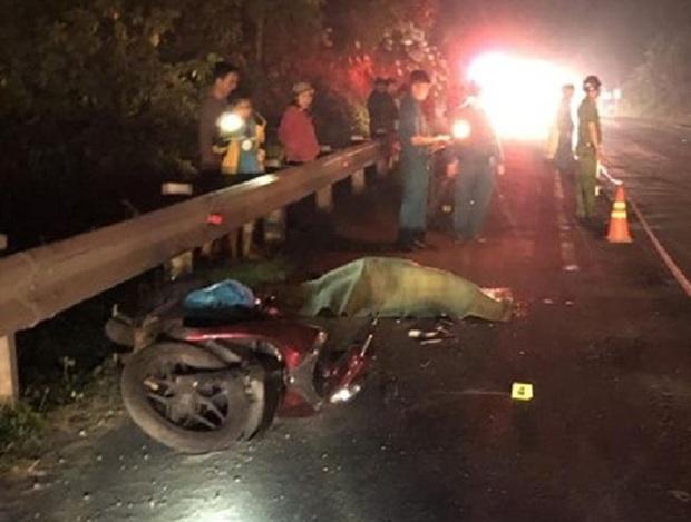 Người đàn ông chạy xe máy chết thảm dưới bánh container - Ảnh 2.