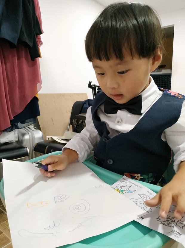 Cô chú ơi, ra đây mà xem idol nhí bé Sa được mẹ Quỳnh Trần JP diện suit bảnh bao như hot boy luôn nè! - Ảnh 2.