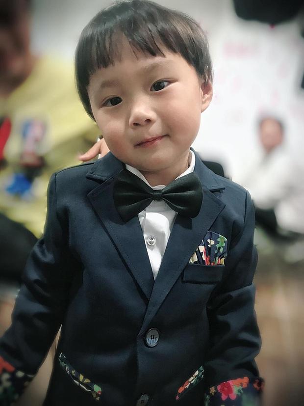 Cô chú ơi, ra đây mà xem idol nhí bé Sa được mẹ Quỳnh Trần JP diện suit bảnh bao như hot boy luôn nè! - Ảnh 1.