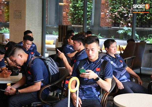 Người dân Sài thành bịn rịn chia tay thầy trò Park Hang-seo ở khách sạn, chúc U22 Việt Nam gặt vàng tại SEA Games 30 - Ảnh 1.