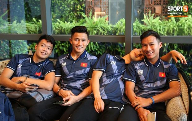 Người dân Sài thành bịn rịn chia tay thầy trò Park Hang-seo ở khách sạn, chúc U22 Việt Nam gặt vàng tại SEA Games 30 - Ảnh 7.