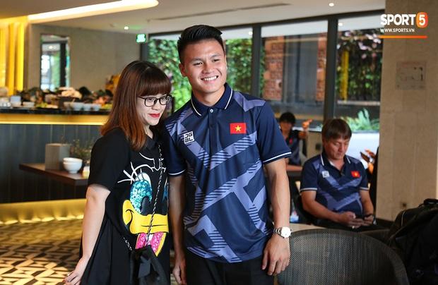 Người dân Sài thành bịn rịn chia tay thầy trò Park Hang-seo ở khách sạn, chúc U22 Việt Nam gặt vàng tại SEA Games 30 - Ảnh 6.