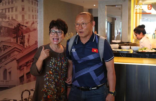 Người dân Sài thành bịn rịn chia tay thầy trò Park Hang-seo ở khách sạn, chúc U22 Việt Nam gặt vàng tại SEA Games 30 - Ảnh 8.