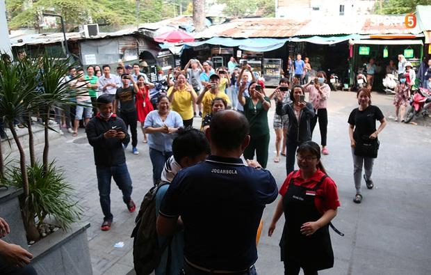 Người dân Sài thành bịn rịn chia tay thầy trò Park Hang-seo ở khách sạn, chúc U22 Việt Nam gặt vàng tại SEA Games 30 - Ảnh 10.