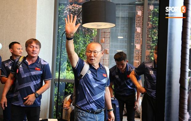 Người dân Sài thành bịn rịn chia tay thầy trò Park Hang-seo ở khách sạn, chúc U22 Việt Nam gặt vàng tại SEA Games 30 - Ảnh 12.
