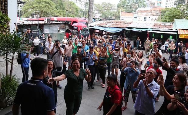 Người dân Sài thành bịn rịn chia tay thầy trò Park Hang-seo ở khách sạn, chúc U22 Việt Nam gặt vàng tại SEA Games 30 - Ảnh 14.
