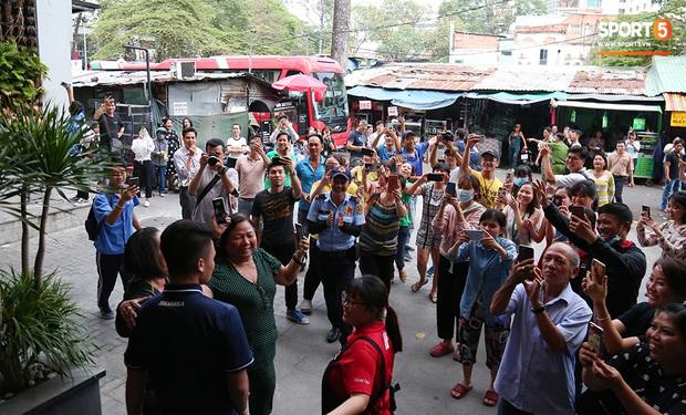 Người dân Sài thành bịn rịn chia tay thầy trò Park Hang-seo ở khách sạn, chúc U22 Việt Nam gặt vàng tại SEA Games 30 - Ảnh 15.