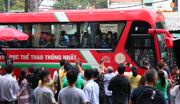 Người dân Sài thành bịn rịn chia tay thầy trò Park Hang-seo ở khách sạn, chúc U22 Việt Nam gặt vàng tại SEA Games 30 - Ảnh 16.