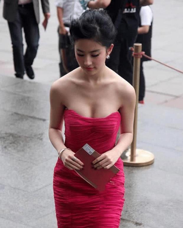 Khoảnh khắc xuống xe bất hủ của Lưu Diệc Phi: Thần thái đỉnh cao nhưng body sexy nổ mắt mới gây choáng - Ảnh 4.