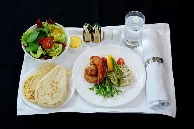 Chuyên trang du lịch công bố 10 hãng hàng không có đồ ăn cao cấp và ngon nhất thế giới, top 2 đều nằm ở châu Á - Ảnh 1.