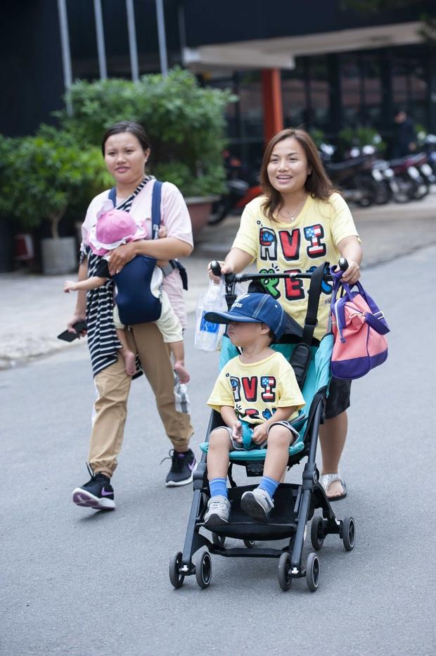 Độc quyền: Chị Quỳnh Trần gửi lời chào độc giả, Bé Sa mặc vest bảnh tỏn đi quay show tại Việt Nam - Ảnh 6.