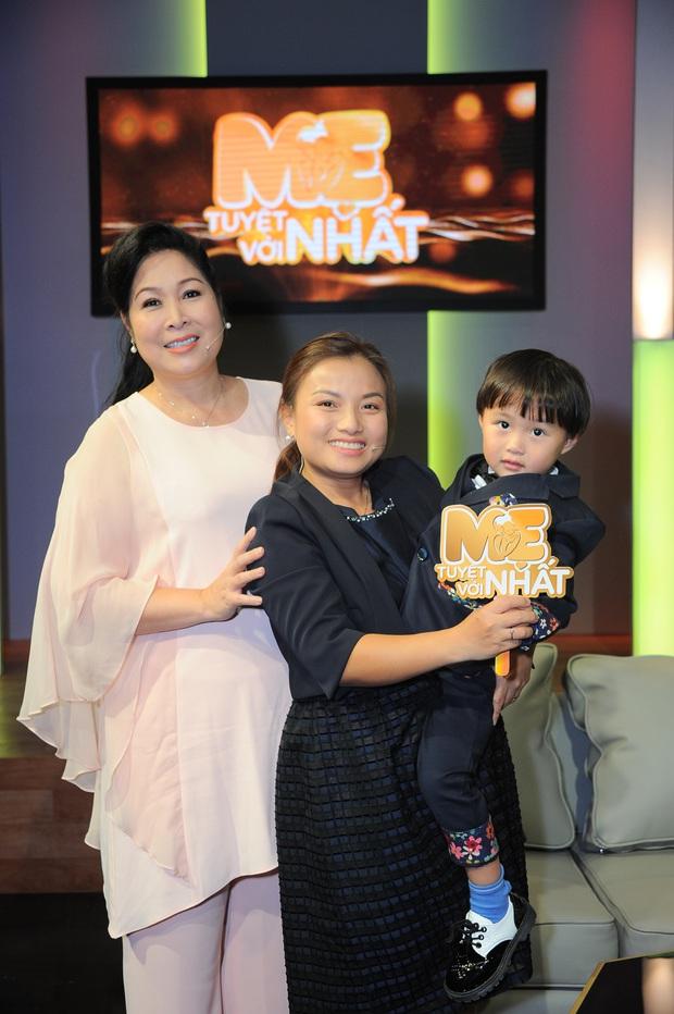 Độc quyền: Chị Quỳnh Trần gửi lời chào độc giả, Bé Sa mặc vest bảnh tỏn đi quay show tại Việt Nam - Ảnh 3.