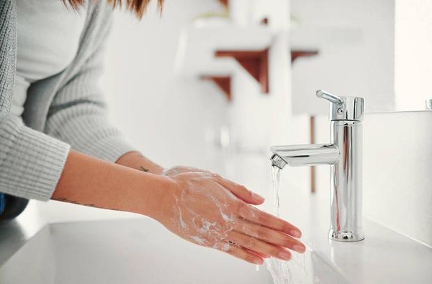 Sử dụng điện thoại trong nhà vệ sinh: tưởng vô hại mà gây hoạ cho cơ thể không ngờ - Ảnh 3.