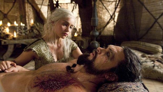 Mẹ Rồng Emilia Clarke hãi hùng kể chuyện lần đầu đóng cảnh nóng: Cảm giác như bị cưỡng bức vậy! - Ảnh 2.