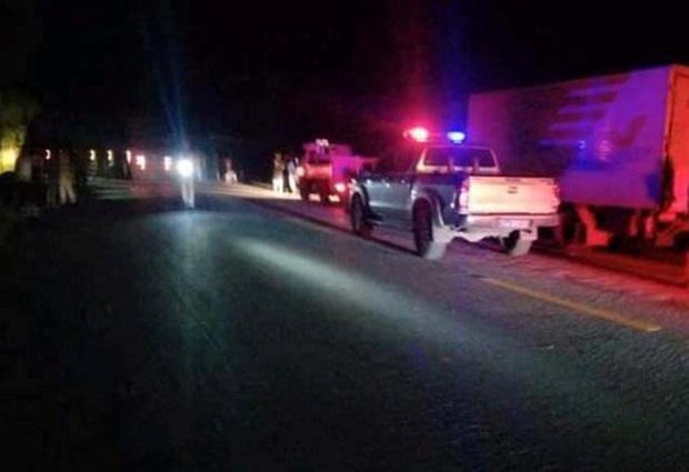 Va chạm với container, 2 thanh niên đi xe máy tử vong trong đêm - Ảnh 2.