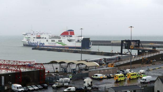 Phát hiện 16 người nhập cư trong container đóng kín trên chuyến phà tới Ireland  - Ảnh 1.