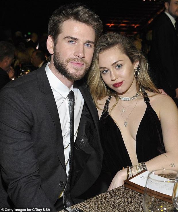 Chị dâu Liam Hemsworth lên tiếng cà khịa cực mạnh Miley Cyrus, tình chị em không còn bền lâu - Ảnh 1.
