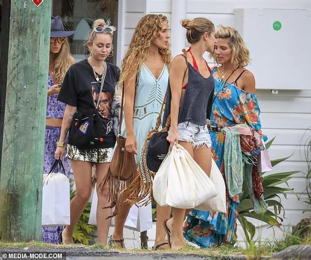 Chị dâu Liam Hemsworth lên tiếng cà khịa cực mạnh Miley Cyrus, tình chị em không còn bền lâu - Ảnh 5.