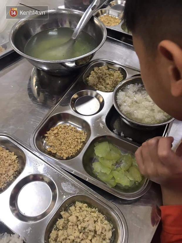 Xôn xao suất cơm 20k của học sinh Hà Nội: Chỉ có cá viên đông lạnh, đậu phụ nhăn nhúm - Ảnh 5.