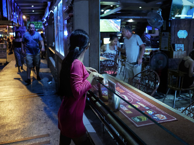 Cuộc đời những cô gái dịch vụ giữa lòng thành phố mại dâm lớn nhất Philippines: Tuyệt vọng trước nạn buôn người và lạm dụng không thể chống đỡ - Ảnh 1.