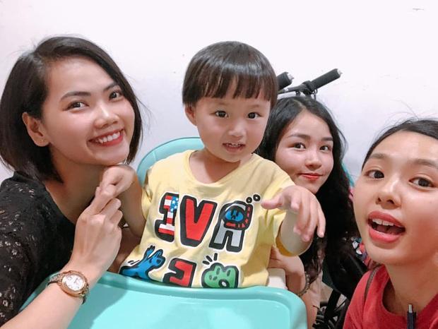 Bé Sa về đến nhà ở Việt Nam mà như cá gặp nước: quẩy bung tóc, lại còn được rất nhiều fan đến nhà chụp ảnh cùng - Ảnh 4.