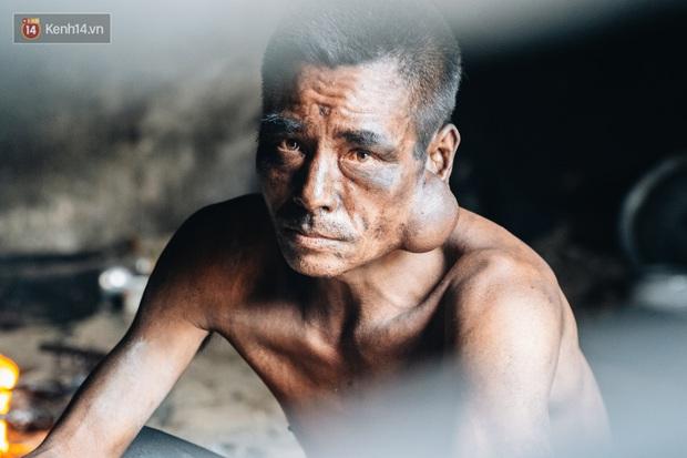 Cuộc sống kỳ lạ của người đàn ông có biệt danh người ma: Toàn thân đen sì, chuyên ăn xác động vật thối ở Bắc Ninh - Ảnh 1.