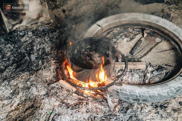 Cuộc sống kỳ lạ của người đàn ông có biệt danh người ma: Toàn thân đen sì, chuyên ăn xác động vật thối ở Bắc Ninh - Ảnh 6.