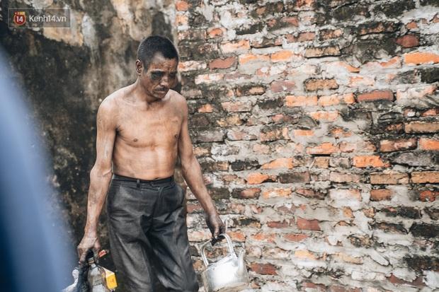 Cuộc sống kỳ lạ của người đàn ông có biệt danh người ma: Toàn thân đen sì, chuyên ăn xác động vật thối ở Bắc Ninh - Ảnh 9.