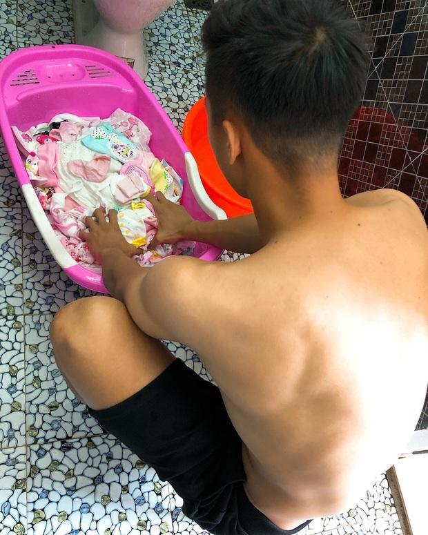 Ông bố bỉm sữa quốc dân gọi tên dàn cầu thủ Việt Nam: Giặt giũ, tắm gội, cho con ngủ anh cân tất! - Ảnh 13.