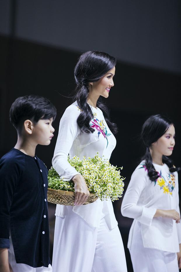 Tiểu Vy, HHen Nie, Minh Hằng... cùng sải bước trên một đường băng: Mỗi người một vẻ không ai đụng ai - Ảnh 4.